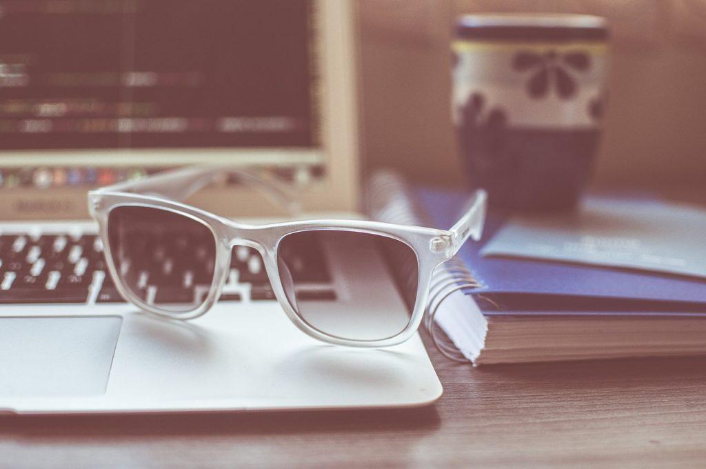 lunettes de soleil, ordinateur portable, macbook
