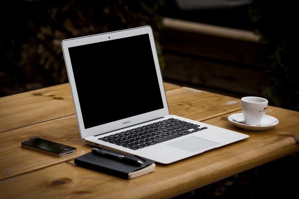 ordinateur portable, en milieu de travail, table